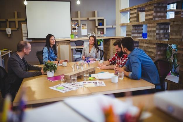 Pessoas de negócios a discutir na mesa durante reunião