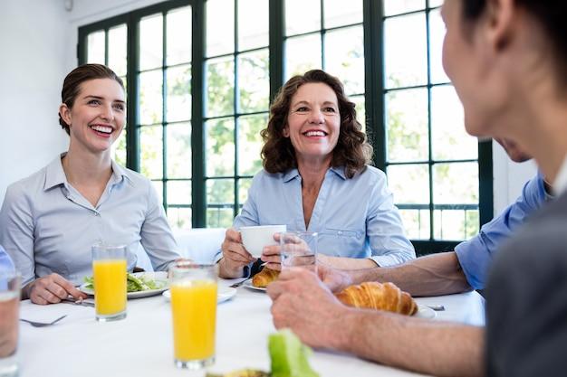 Pessoas de negócios, almoçando