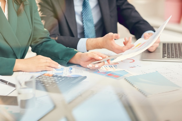 Pessoas de negócios, analisando documentos