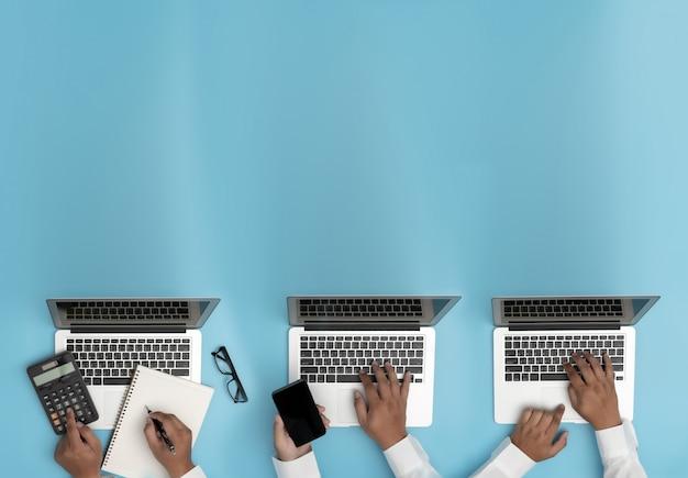 Pessoas de negócios, analisando o gerenciamento de projetos, atualizando o trabalho duro