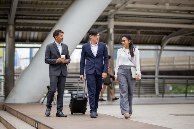 Pessoas de negócios andando no exterior