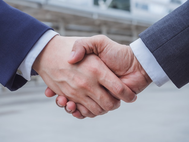 Pessoas de negócios, apertando a mão na cidade