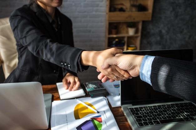 Pessoas de negócios apertando as mãos. executivos de negócios para parabenizar o conjunto.
