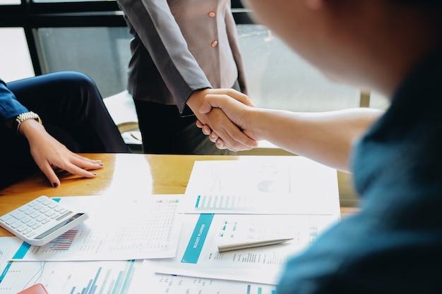 Pessoas de negócios, apertando as mãos, terminando a reunião, etiqueta de negócios, parabéns, conceito de fusão e aquisição