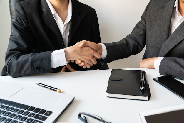 Pessoas de negócios, apertando as mãos, terminando uma reunião, negócios e conceito de escritório