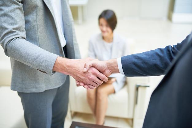 Pessoas de negócios, apertando as mãos