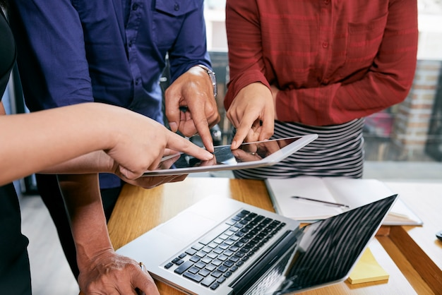 Pessoas de negócios apontando para tablet