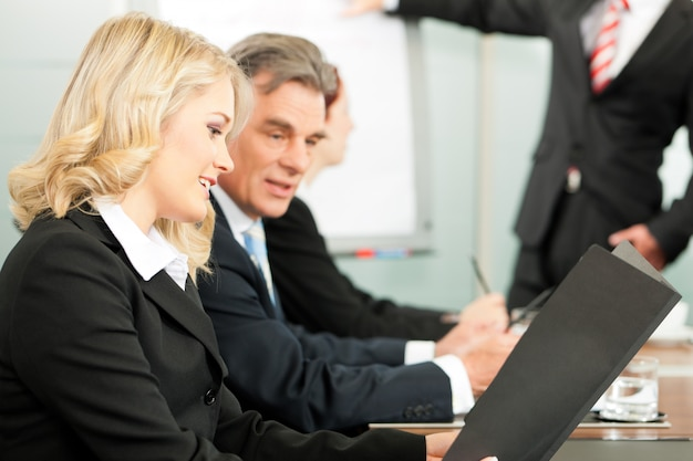 Pessoas de negócios - apresentação em equipe