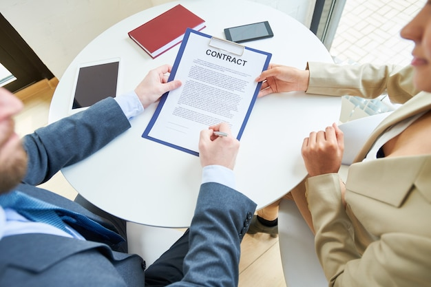 Pessoas de negócios, assinando contrato acima vista