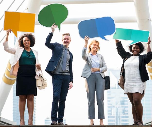 Pessoas de negócios bem sucedidos com bolhas do discurso