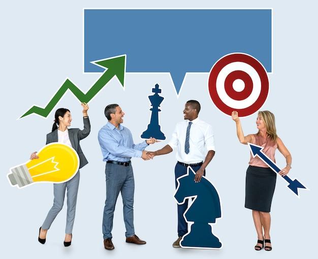 Pessoas de negócios bem sucedidos com planos estratégicos