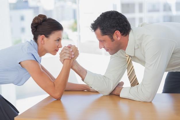 Pessoas de negócios braço wrestling