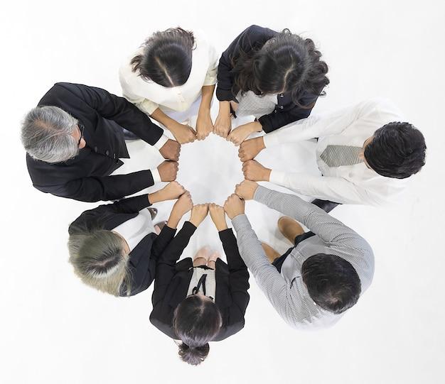 Pessoas de negócios colocam as mãos em círculo.