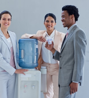 Pessoas de negócios com um aquecedor de água no escritório