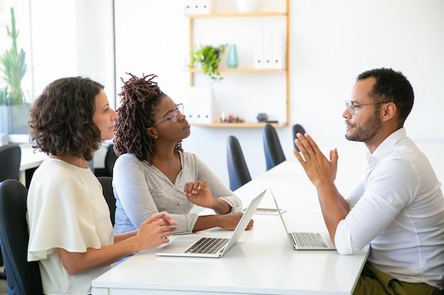 Pessoas de negócios concentradas falando