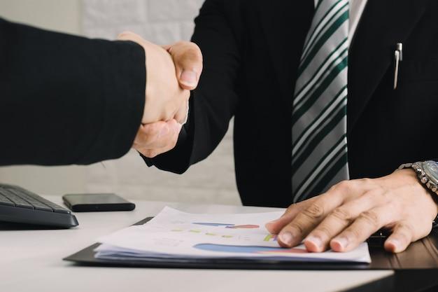 Pessoas de negócios concordam conceitos de congratulação de aperto de mão do negócio