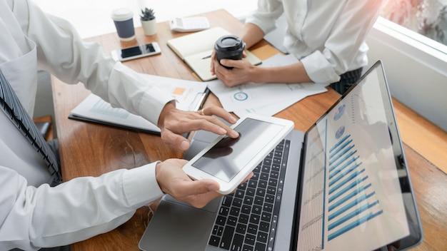 Pessoas de negócios conversando discutindo com o colega de trabalho planejamento analisando gráficos de dados de documentos financeiros