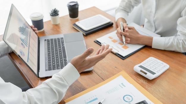 Pessoas de negócios, conversando e discutindo em uma reunião