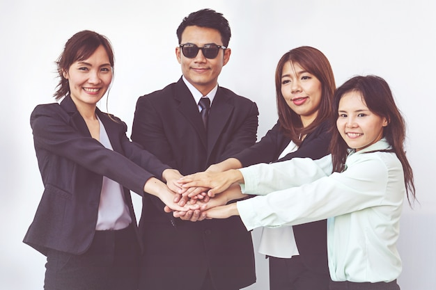 Pessoas de negócios coordenam as mãos. trabalho em equipe conceito