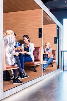 Pessoas de negócios criativas no espaço de coworking