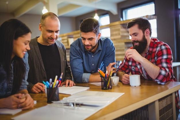 Pessoas de negócios criativos discutindo na mesa
