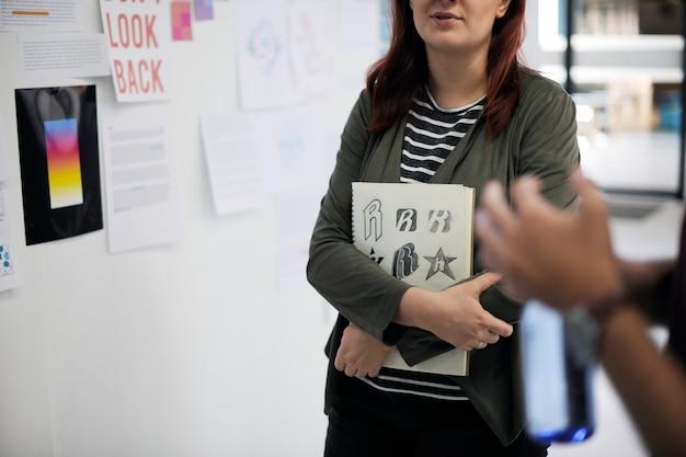 Pessoas de negócios de inicialização no workshop de apresentação