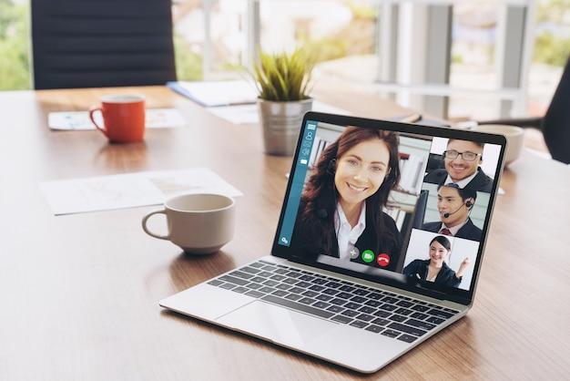 Pessoas de negócios de videochamada reunidas no local de trabalho virtual ou escritório remoto
