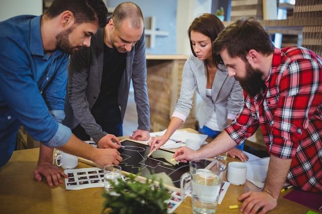 Pessoas de negócios, desenho na lousa durante reunião