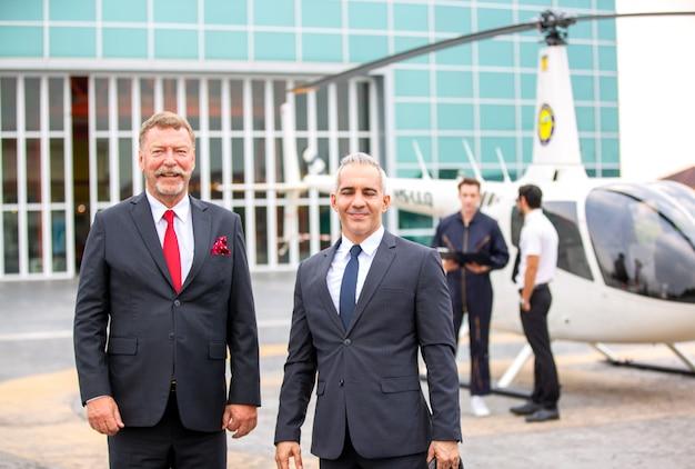 Pessoas de negócios, discutindo ao lado do helicóptero