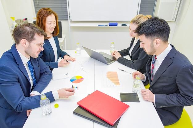 Pessoas de negócios, discutindo em uma sala de reuniões