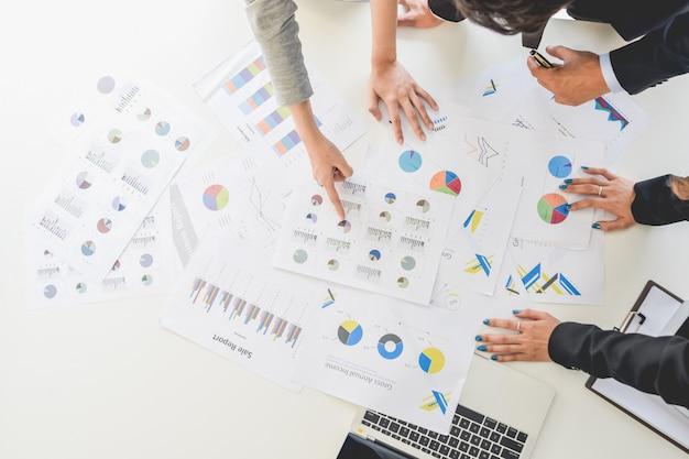 Pessoas de negócios, discutindo ou reclamando as tabelas e gráficos vista superior brainstorm concep