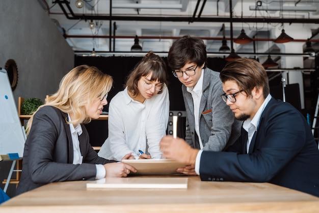 Pessoas de negócios, discutindo sobre um documento