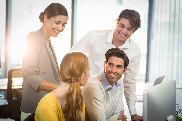Pessoas de negócios, discutindo uns com os outros