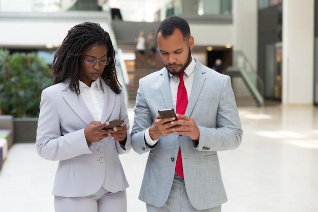 Pessoas de negócios diversas focadas consultoria internet