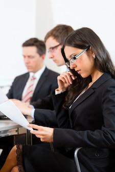 Pessoas de negócios durante reunião no gabinete