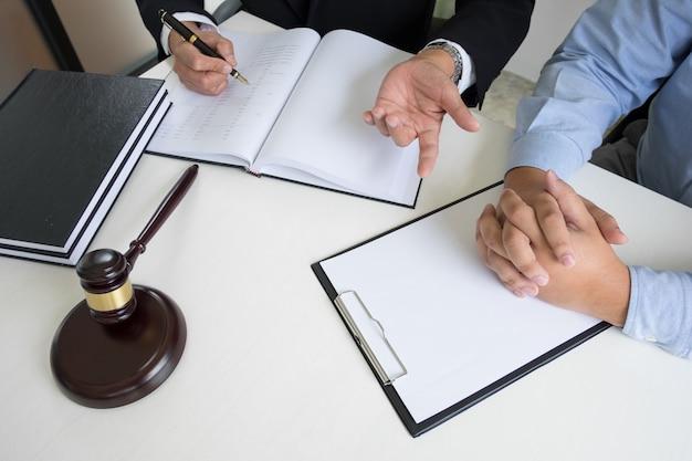 Pessoas de negócios e advogados que discutem documentos de contrato sentados à mesa. conceitos de direito, assessoria, serviços jurídicos