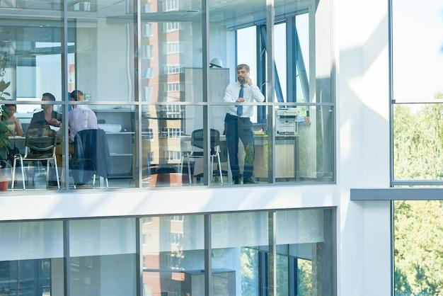 Pessoas de negócios em edifício de escritórios modernos