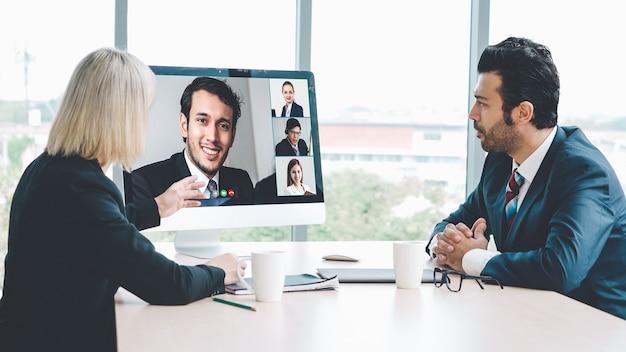 Pessoas de negócios em grupo de videochamada reunidos em um local de trabalho virtual ou escritório remoto