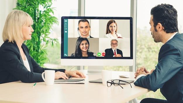 Pessoas de negócios em grupo de videochamada se reunindo em um local de trabalho virtual ou escritório remoto