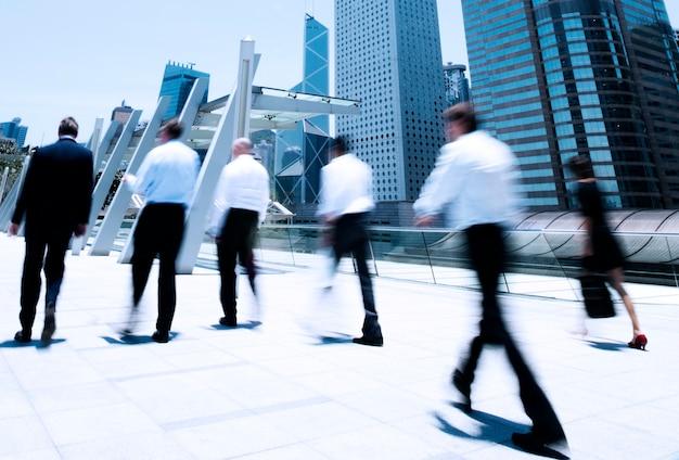 Pessoas de negócios em movimento.