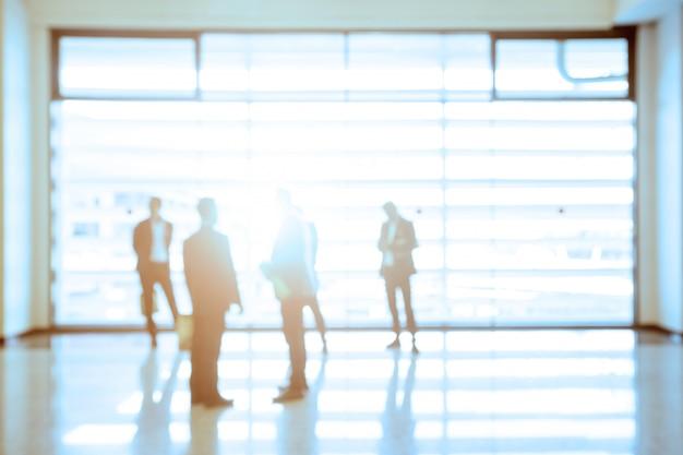 Pessoas de negócios em pé no corredor de um centro de negócios