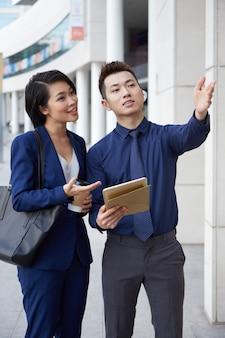Pessoas de negócios, em pé perto do escritório na cidade