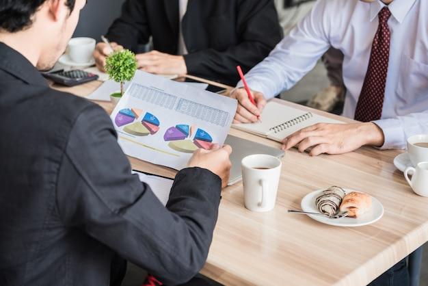 Pessoas de negócios em uma reunião.