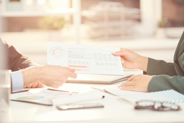 Pessoas de negócios, entregar documentos na reunião