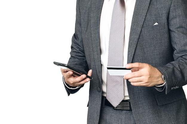 Pessoas de negócios estão comprando on-line usando smartphones e cartões de crédito.