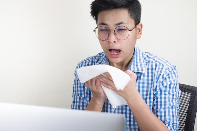 Pessoas de negócios estão doentes com espirros, segurando um lenço branco. febre sazonal
