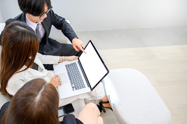 Pessoas de negócios estão jogando telefones celulares e usando computadores