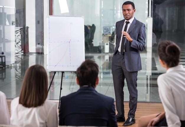 Pessoas de negócios estão olhando para especialista de sucesso.