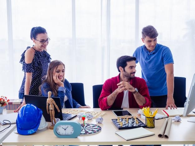 Pessoas de negócios estão trabalhando juntos e reunidos para discutir a situação nos negócios, conceito do negócio