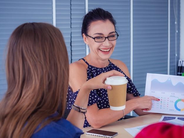Pessoas de negócios estão trabalhando juntos e se reunindo para discutir a situação nos negócios